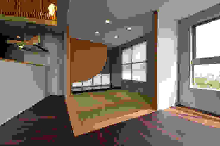 Salones de estilo moderno de プラソ建築設計事務所 Moderno