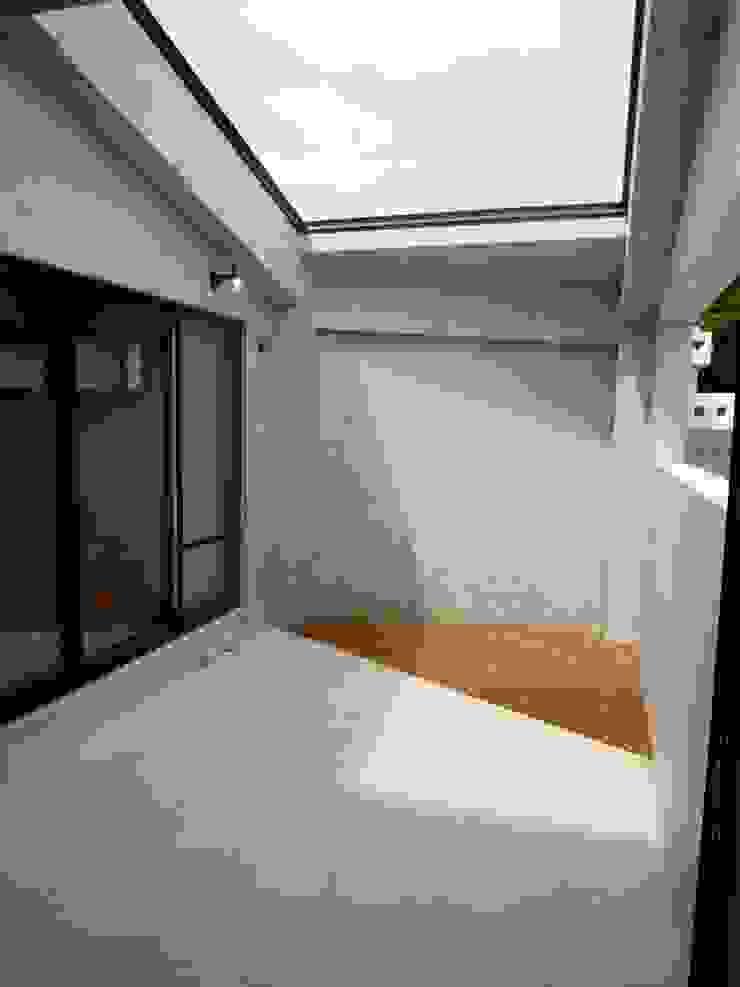 石壁の家 モダンデザインの テラス の プラソ建築設計事務所 モダン