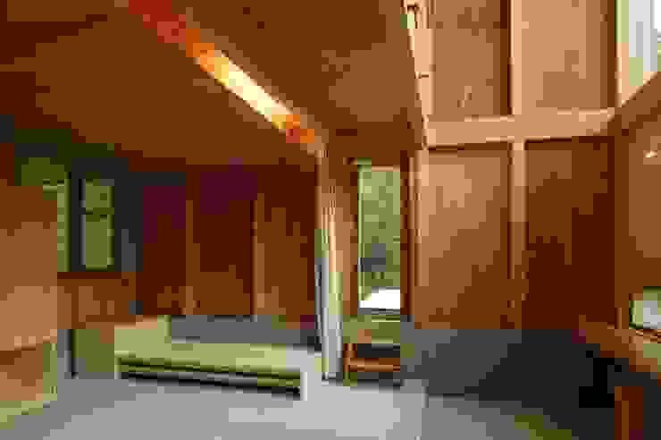 Phòng ngủ phong cách tối giản bởi 畠中 秀幸 × スタジオ・シンフォニカ有限会社 Tối giản