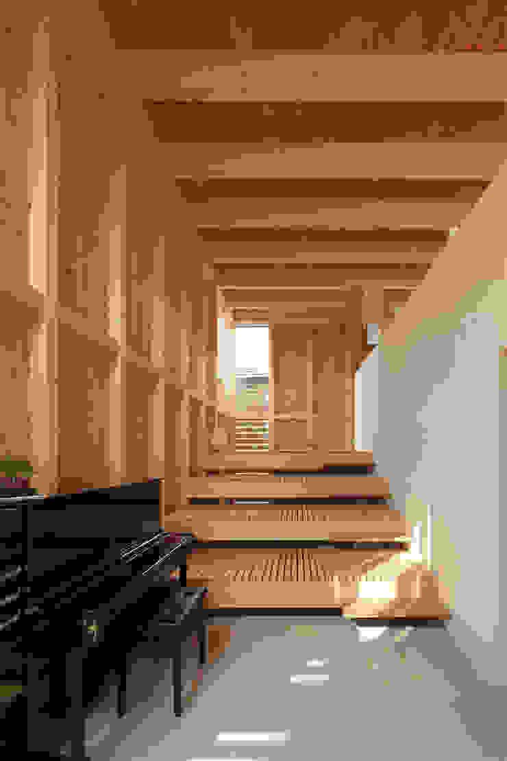 Livings de estilo minimalista de 畠中 秀幸 × スタジオ・シンフォニカ有限会社 Minimalista