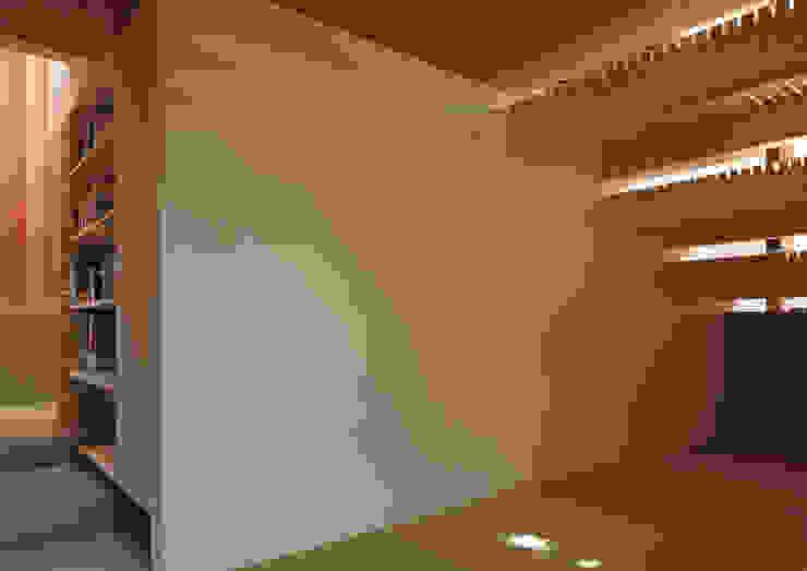 Salas multimedia de estilo minimalista de 畠中 秀幸 × スタジオ・シンフォニカ有限会社 Minimalista