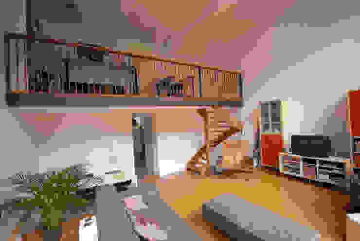 Woonkamer met entresol benedenwoning Moderne woonkamers van Gunneweg & Burg Modern