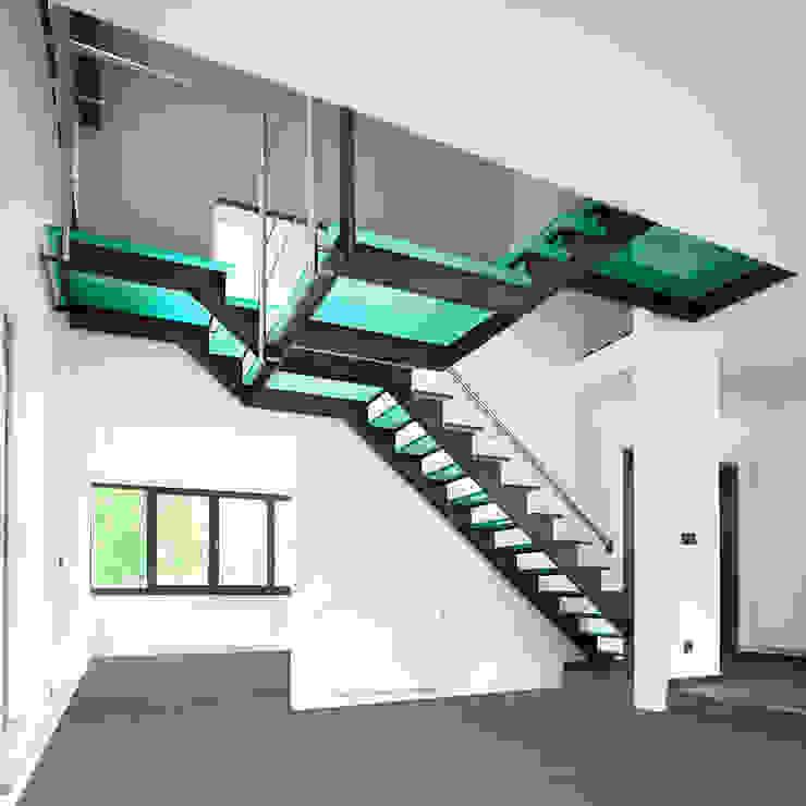 Trap uit natuurlijk blauw staal met glazen treden en drie bordessen: modern  door YBIS, Modern