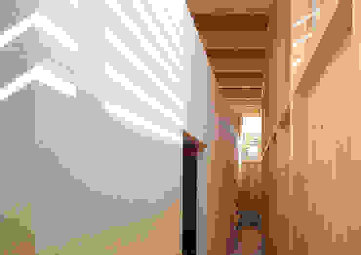 Pasillos, halls y escaleras minimalistas de 畠中 秀幸 × スタジオ・シンフォニカ有限会社 Minimalista