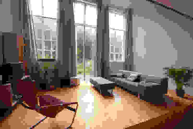 Woonkamer met tuindeuren benedenwoning Moderne woonkamers van Gunneweg & Burg Modern