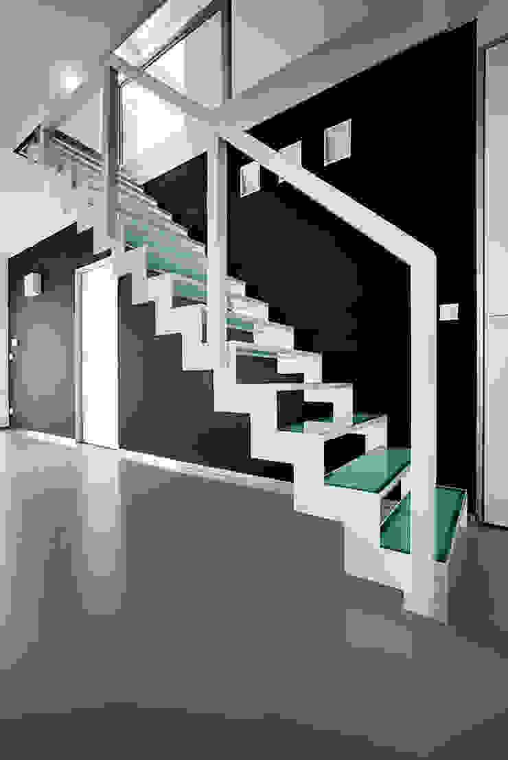 Geschilderde stalen trap met glazen treden: modern  door YBIS, Modern