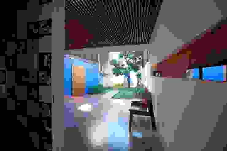 Modern style balcony, porch & terrace by Ana Sawaia Arquitetura Modern