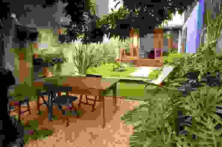 Jardins modernos por Ana Sawaia Arquitetura Moderno