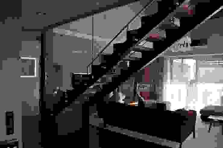 Dom jednorodzinny w Zielonkach koło Krakowa Nowoczesny salon od Studio S Biuro architektoniczne Michał Szymanowski Nowoczesny