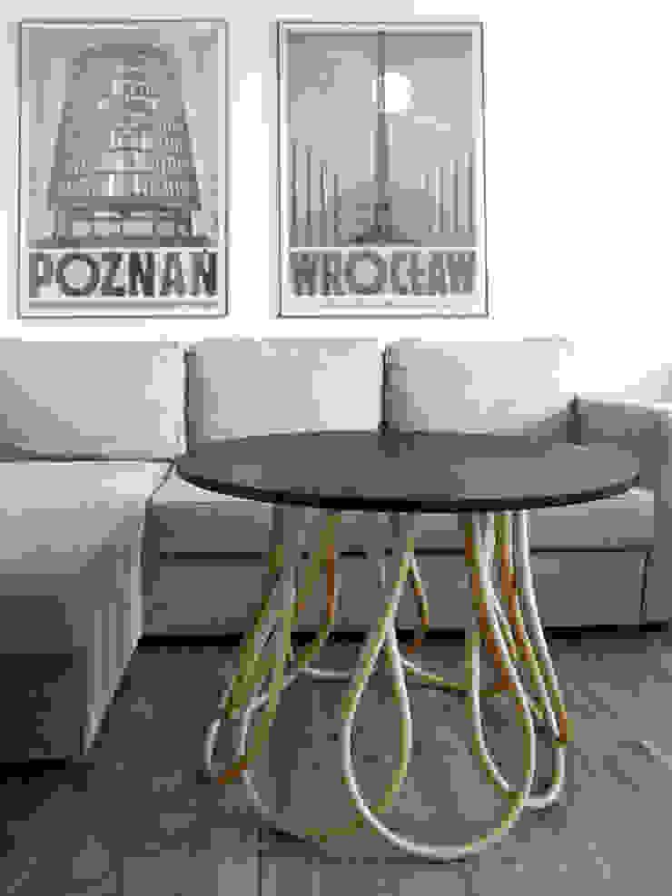 MOWO STUDIO ห้องนั่งเล่นโต๊ะกลางและโซฟา