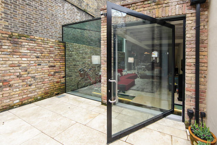 Pivot door and Side Return Glass Box Extrensin Puertas y ventanas de estilo moderno de Maxlight Moderno