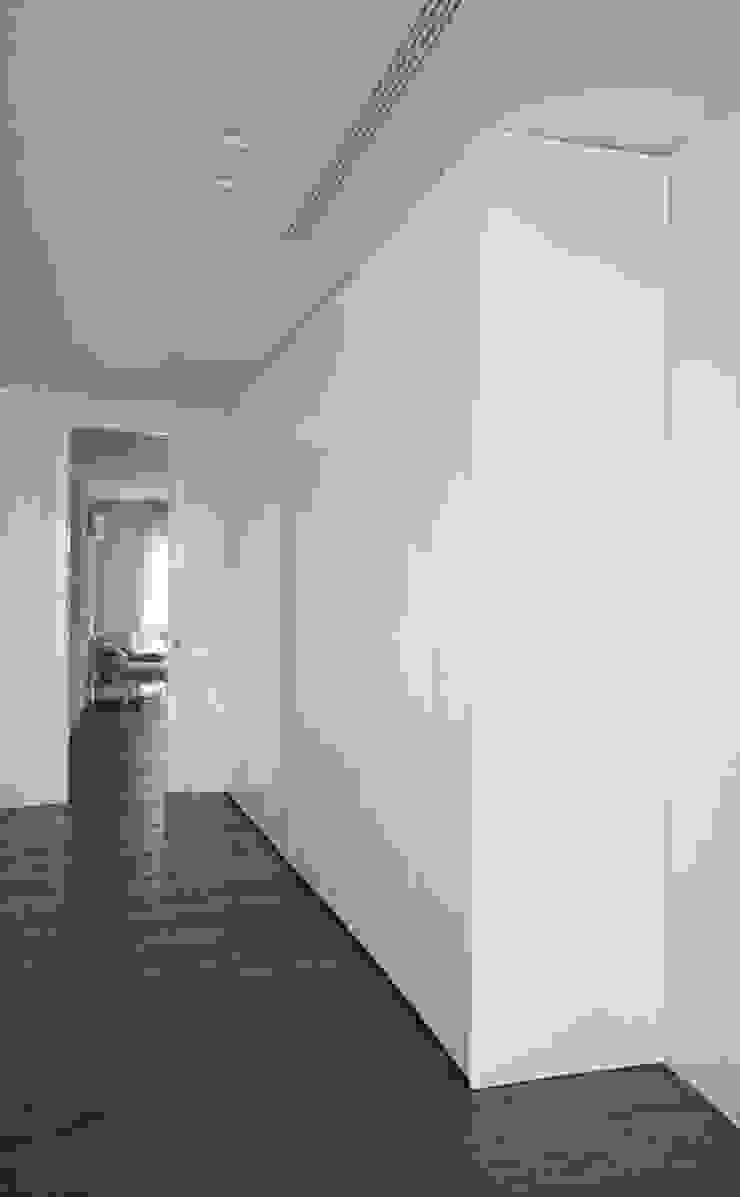 Francesca Ignani Interiors Corridor, hallway & stairsClothes hooks & stands