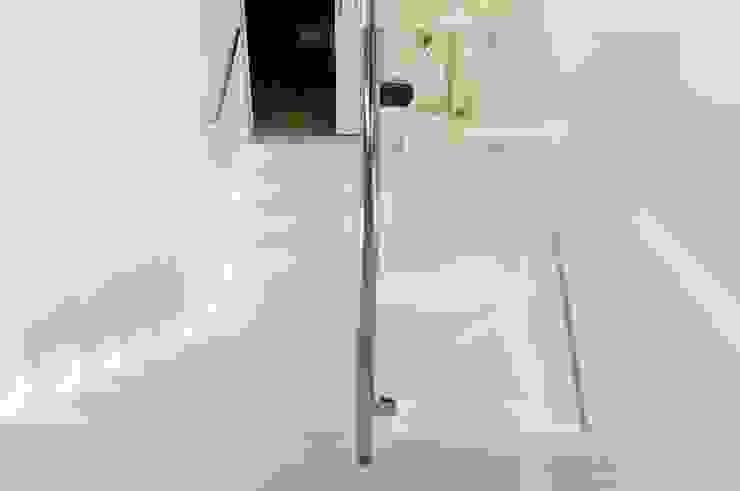 Konglomerat marmurowy Santamargherita na schodach wewnętrznych Nowoczesny korytarz, przedpokój i schody od GRANMAR Borowa Góra - granit, marmur, konglomerat kwarcowy Nowoczesny
