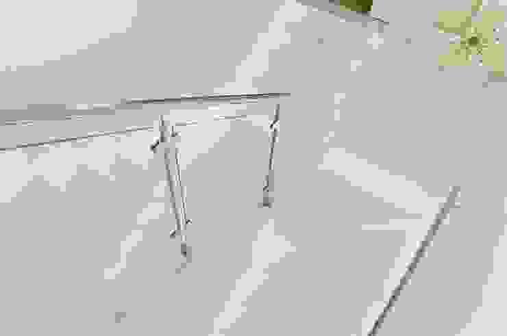 Bianco Neve konglomerat marmurowy Santamargherita Nowoczesny korytarz, przedpokój i schody od GRANMAR Borowa Góra - granit, marmur, konglomerat kwarcowy Nowoczesny