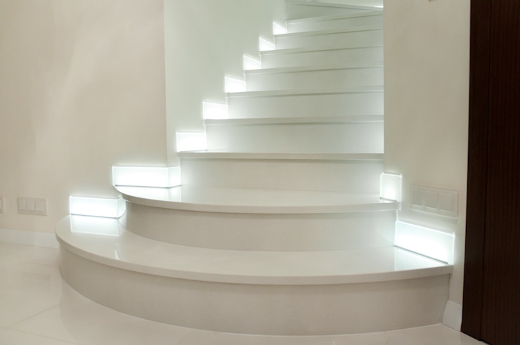 Schody do domu z konglomeratu marmurowego Nowoczesny korytarz, przedpokój i schody od GRANMAR Borowa Góra - granit, marmur, konglomerat kwarcowy Nowoczesny