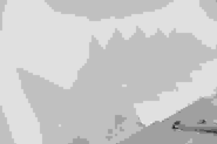 Schody z konglomeratu marmurowego Bianco Neve Nowoczesny korytarz, przedpokój i schody od GRANMAR Borowa Góra - granit, marmur, konglomerat kwarcowy Nowoczesny