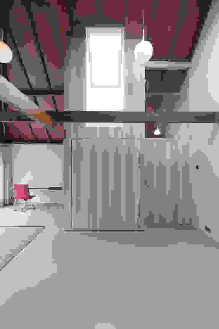 OUTstee Moderne slaapkamers van UMBAarchitecten Modern