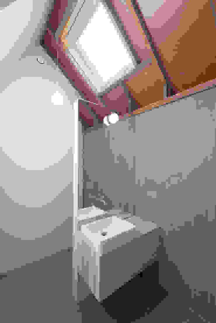 OUTstee Moderne badkamers van UMBAarchitecten Modern