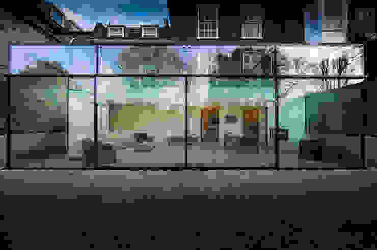 Barnes, London; Culmax Glass Box Extension and Maxlight Doors Minimalistischer Wintergarten von Maxlight Minimalistisch
