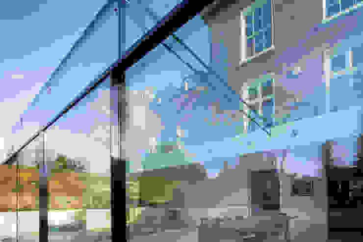 Barnes, London: Culmax Glass Box Extension Moderner Wintergarten von Maxlight Modern