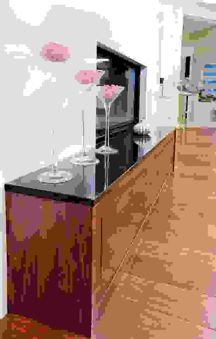 现代客厅設計點子、靈感 & 圖片 根據 GRANMAR Borowa Góra - granit, marmur, konglomerat kwarcowy 現代風