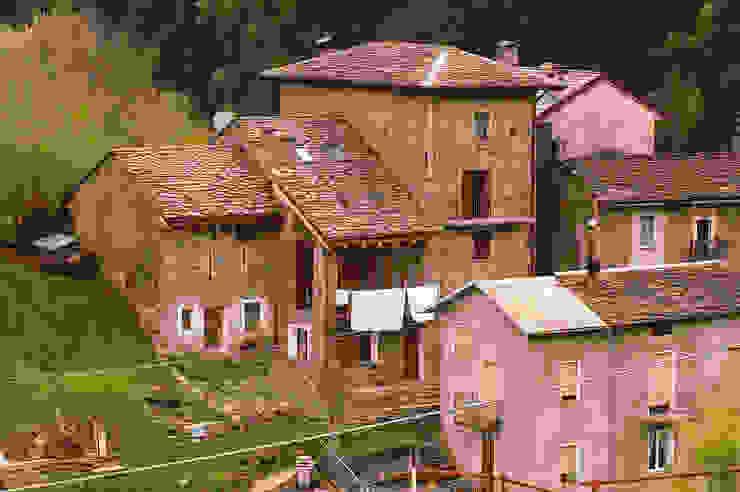 L'edificio, dopo l'intervento, nel contesto della frazione Costa a Campo Tartano. di Architettura & Urbanistica Architetto Dario Benetti