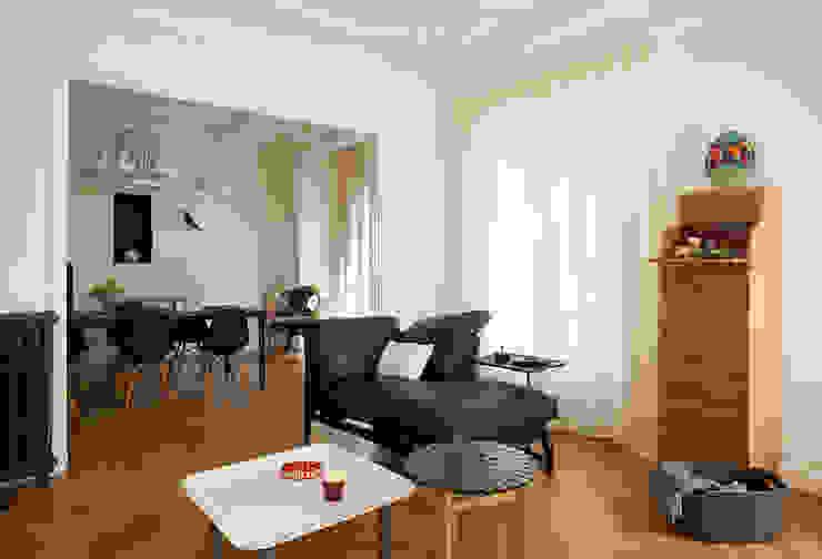 Haussmanien et Design : Salon de style  par ATELIER FB, Moderne