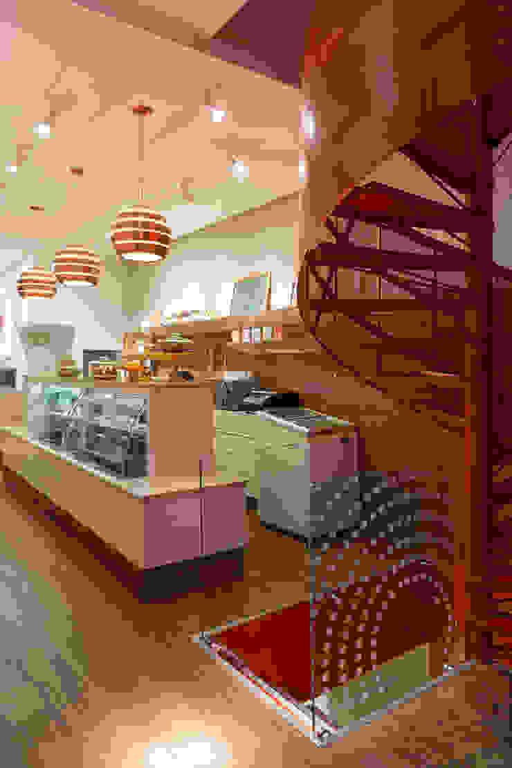 Detalhe da escada Lojas & Imóveis comerciais modernos por Vmf Arquitetos Moderno