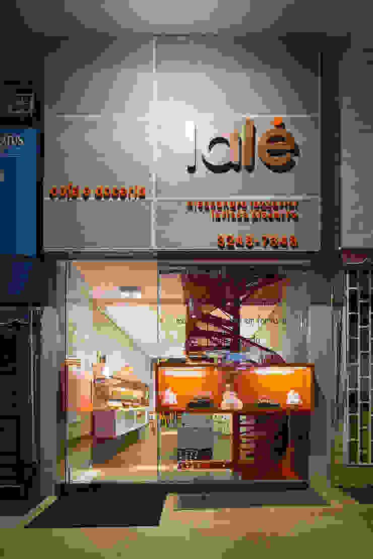 Fachada com a vitrine incorporada Lojas & Imóveis comerciais modernos por Vmf Arquitetos Moderno