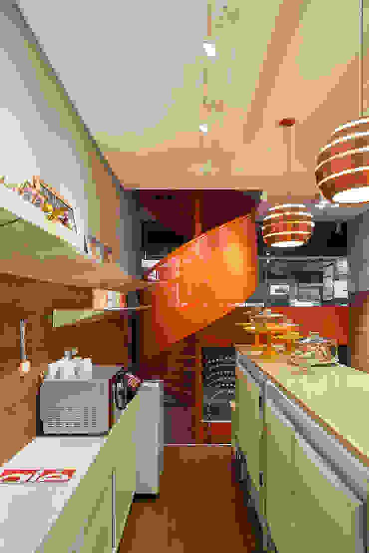 Vista da escada em espiral Lojas & Imóveis comerciais modernos por Vmf Arquitetos Moderno