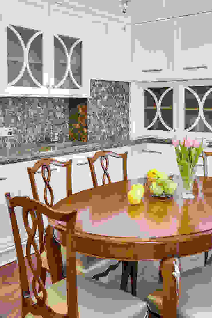 Воздушная классика Кухня в классическом стиле от Be In Art Классический