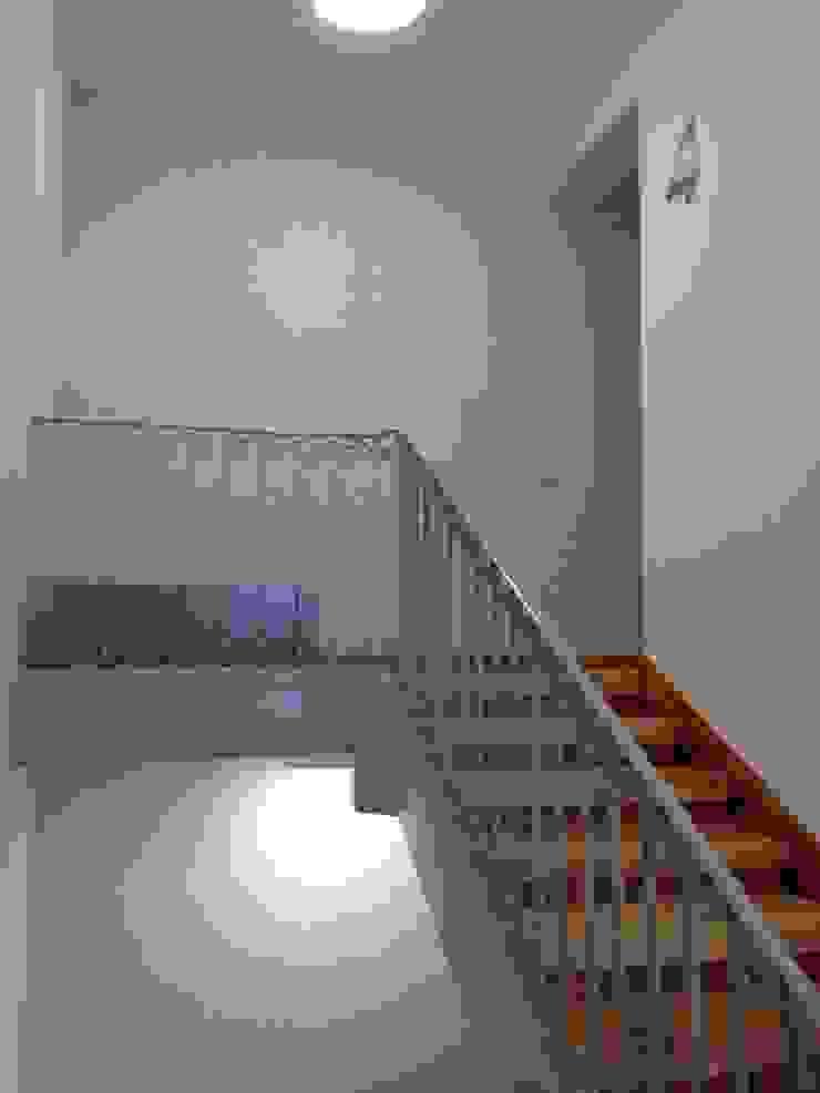 SAN LORENZO 26 Pasillos, vestíbulos y escaleras de estilo clásico de estudio551 Clásico