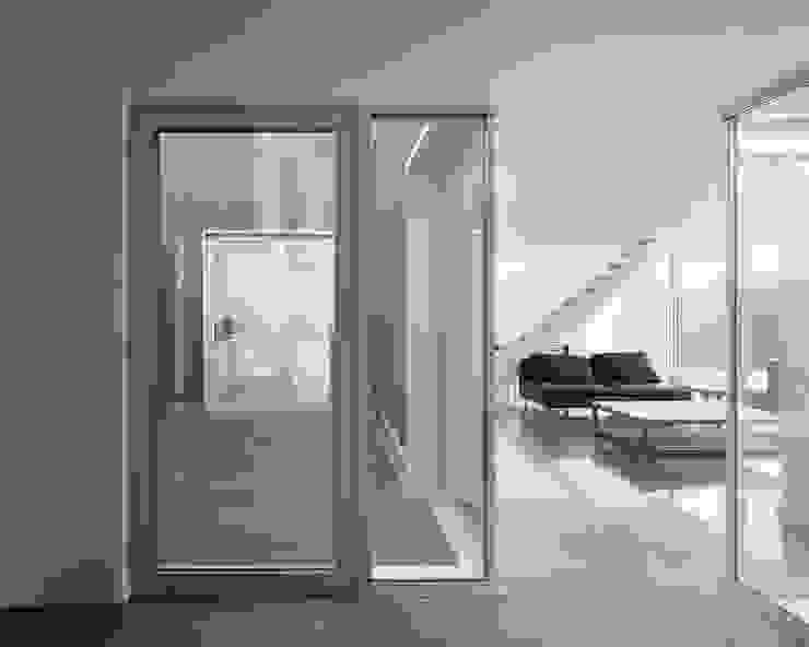 Maison D Couloir, entrée, escaliers modernes par Emmanuelle Weiss Architecte Moderne