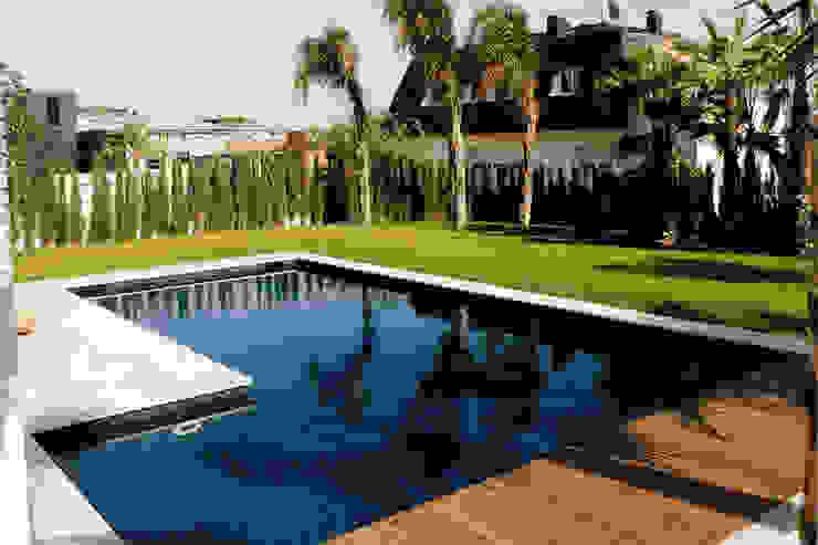 Piscina de lujo Piscinas de estilo moderno de CONILLAS - exteriors Moderno