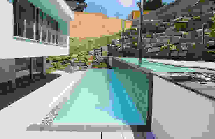 Piscina de estilo contemporáneo Piscinas de estilo moderno de CONILLAS - exteriors Moderno