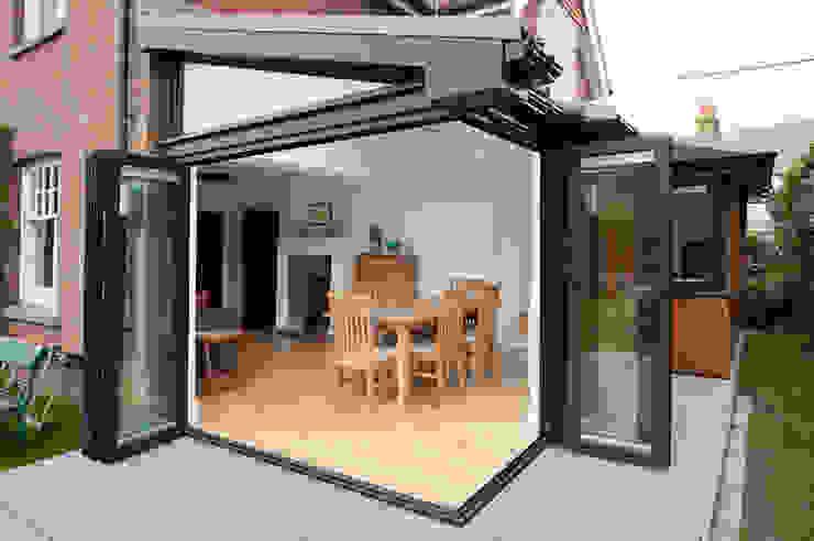 Bi Folding Door with Floating Corner Post Design Puertas y ventanas modernas de ROCOCO Moderno