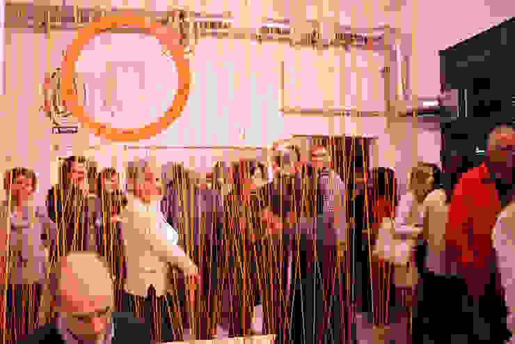 Instalacja String Out! w Kuratorium w Warszawie od OneOnes Creative Studio Nowoczesny