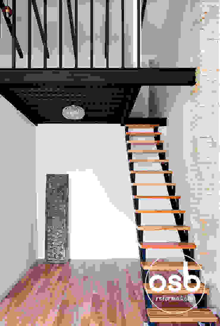 lucía Pasillos, vestíbulos y escaleras de estilo ecléctico de osb arquitectos Ecléctico
