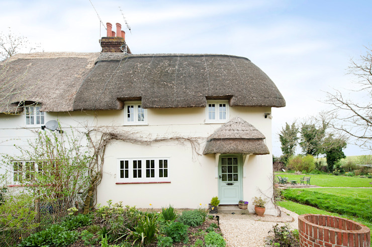 Thatch Cottage with Storm Evolution Windows Rustic style windows & doors by ROCOCO Rustic