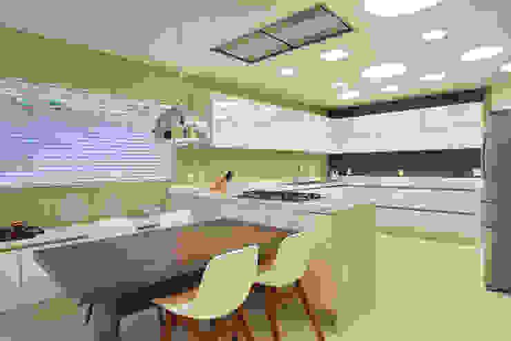 Arquitetura Residencial | Casa de luxo na Barra da Tijuca Cozinhas modernas por Leila Dionizios Arquitetura e Luminotécnica Moderno