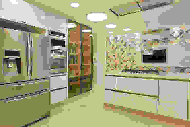 Kitchen by Leila Dionizios Arquitetura e Luminotécnica