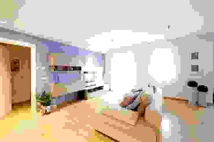 现代客厅設計點子、靈感 & 圖片 根據 Modularis Progettazione e Arredo 現代風
