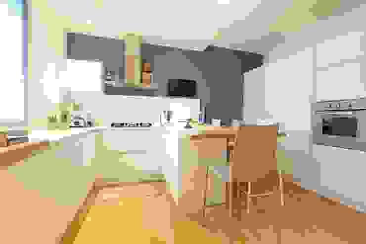 Prospettiva cucina con penisola Cucina moderna di Modularis Progettazione e Arredo Moderno