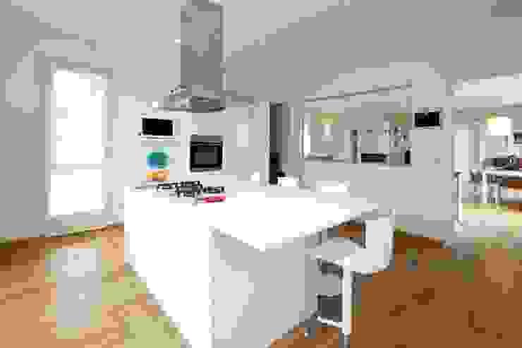 Prospettiva cucina con vetrata Cucina moderna di Modularis Progettazione e Arredo Moderno