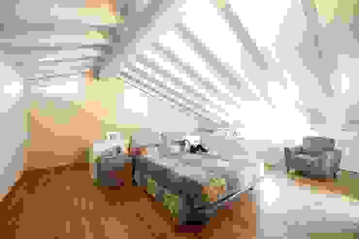 Dormitorios de estilo moderno de Modularis Progettazione e Arredo Moderno