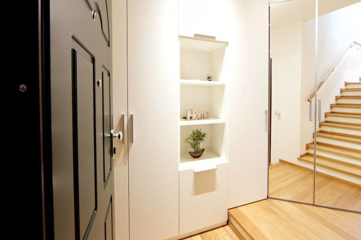 現代風玄關、走廊與階梯 根據 Modularis Progettazione e Arredo 現代風