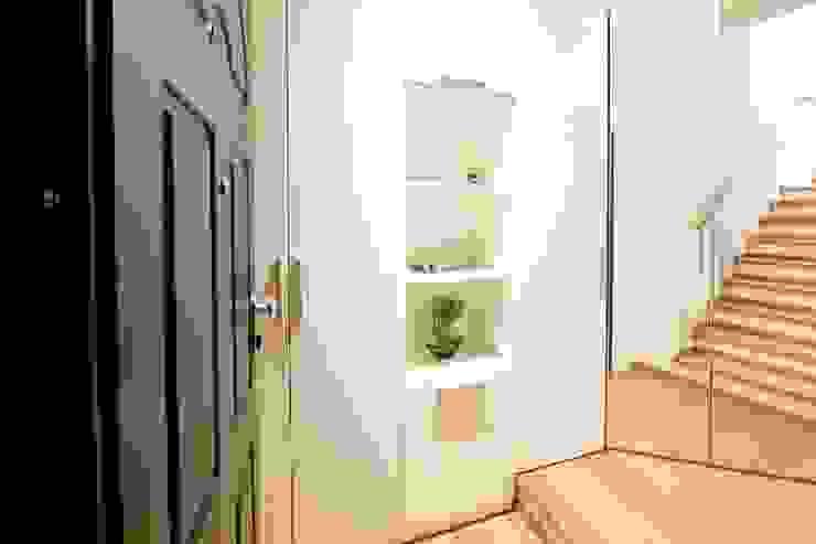 Modern corridor, hallway & stairs by Modularis Progettazione e Arredo Modern