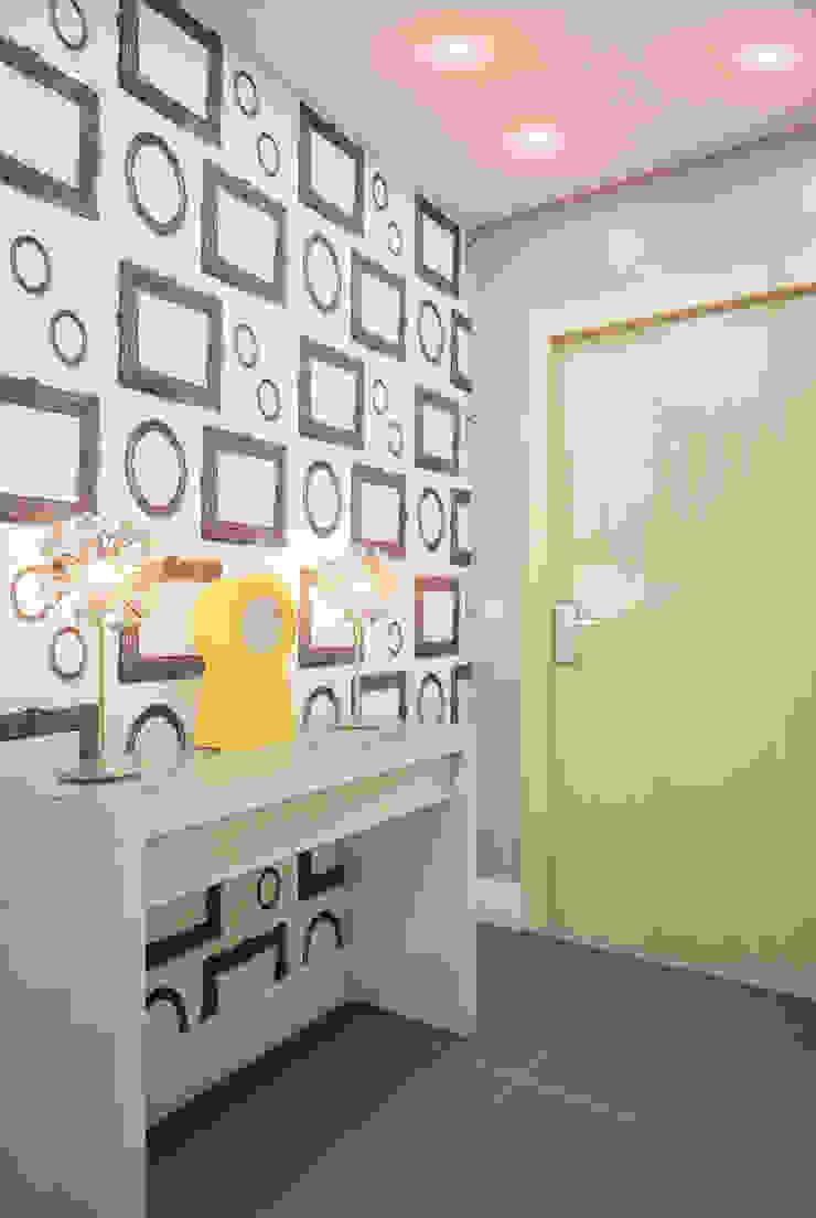 Yellow on grey Коридор, прихожая и лестница в стиле минимализм от Marina Sarkisyan Минимализм