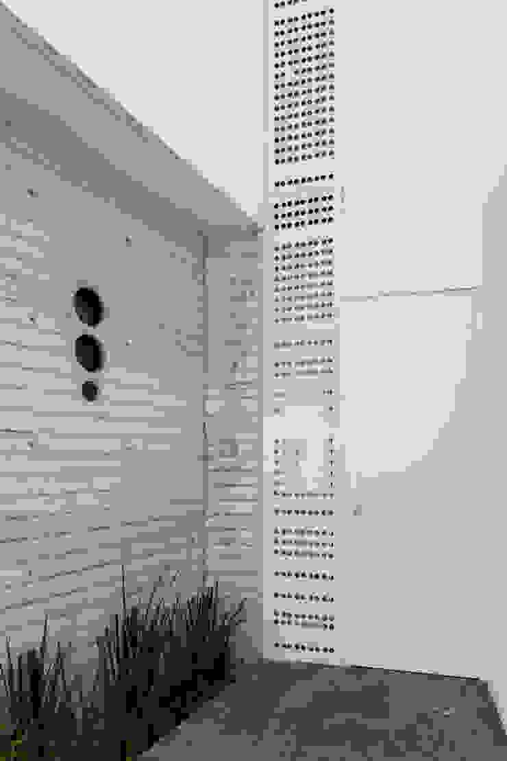 Puerta de acceso Puertas y ventanas minimalistas de Taller ADC Architecture Office Minimalista