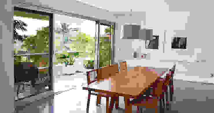 Apartamento Tobias Salas de jantar modernas por SAO Arquitetura Moderno
